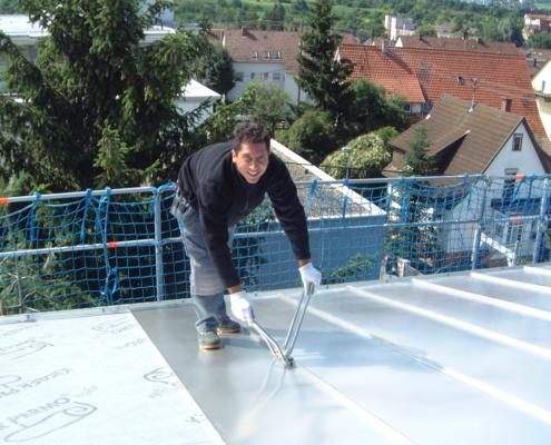 Mitarbeiter beim Schließen des Falzdaches, Schenk GmbH Filderstadt